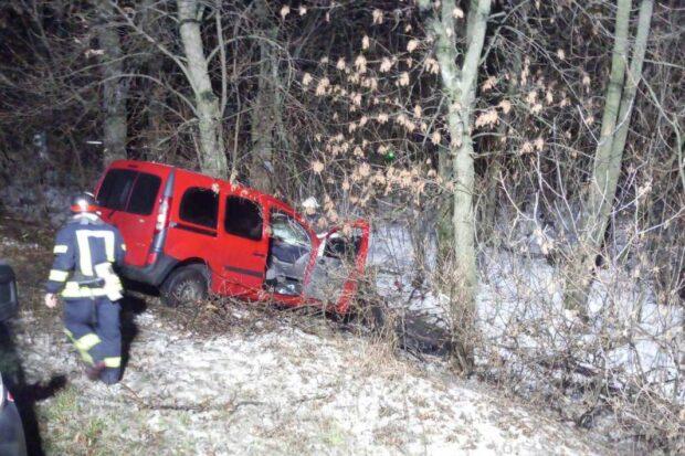 Под Харьковом девушка не справилась с управлением и вылетела с дороги в дерево