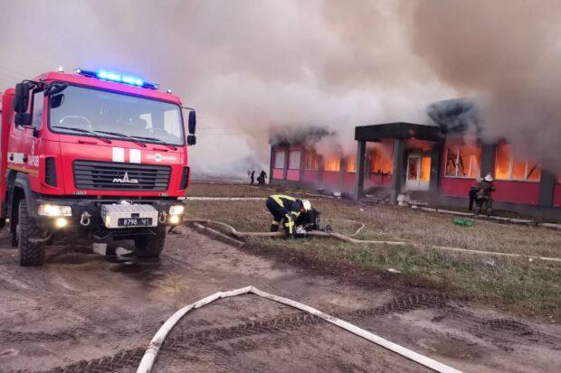 Под Харьковом сгорело торгово-складское здание