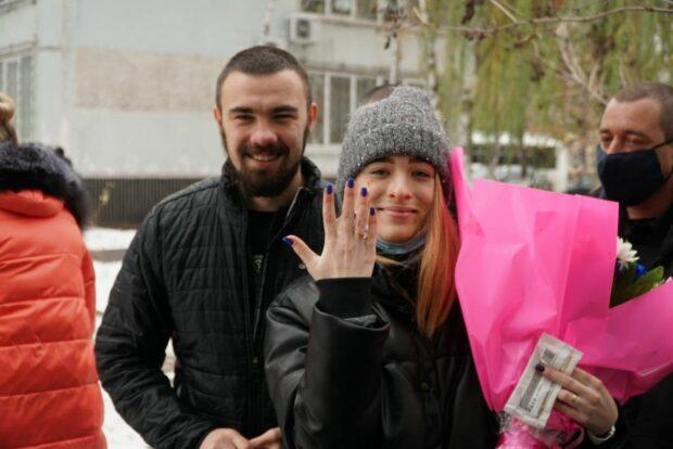 Подозреваемый в нападении на автобус «Патриотов за жизнь» сделал предложение девушке возле здания суда