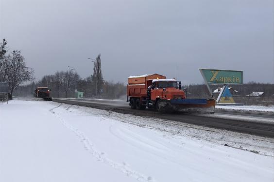 В выходные на дорогах Харьковской области работало около 300 единиц спецтехники