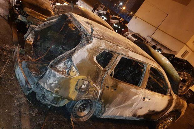 В Харькове во дворе многоэтажки сгорело три автомобиля