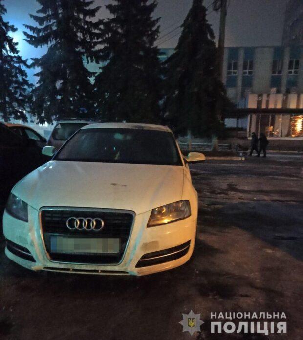 В Харькове мужчина на парковке клуба поджег автомобиль и скрылся с места преступления