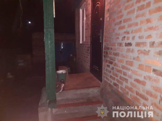 На Харьковщине мужчина ворвался в дом пенсионерки и угрожая нож потребовал деньги, телефон и сигареты