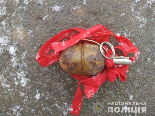 На Салтовке на тротуаре лежала обмотанная красной лентой боевая граната