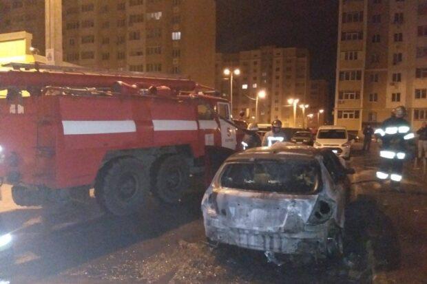 В Харькове возле многоэтажки сгорел автомобиль
