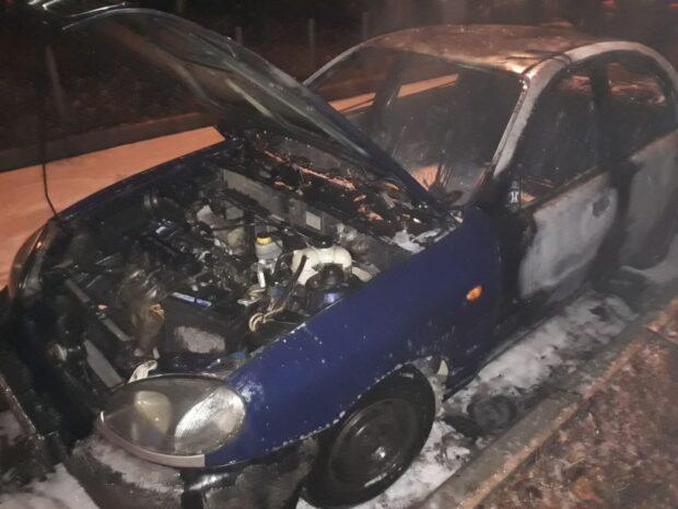 В Харькове неподалеку жилого дома сгорел автомобиль