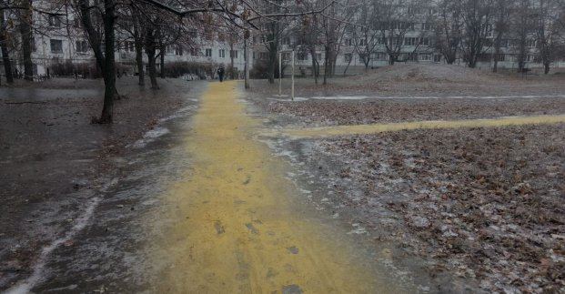 В харьковских дворах высыпали более тысячи кубометров песка