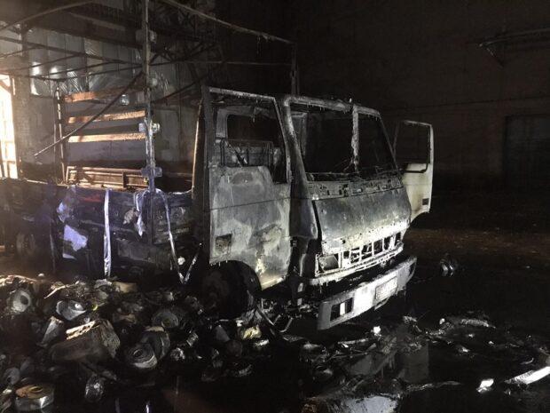 В Харькове напротив жилого дома сгорел грузовой автомобиль