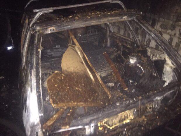 В Харькове во дворе частного дома сгорела деревянная пристройка к гаражу и автомобиль