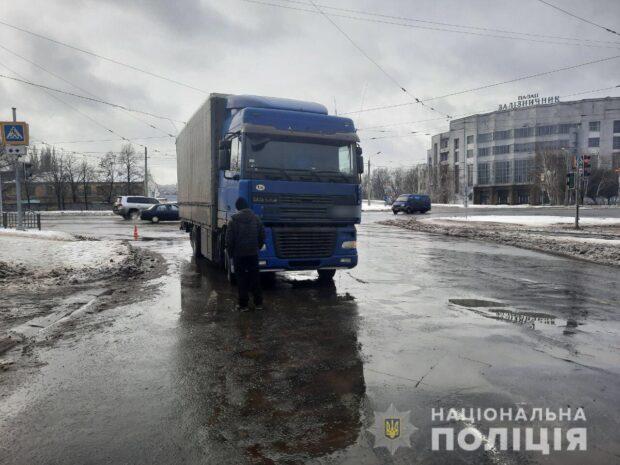 В Харькове пешеход попал под колеса грузовика