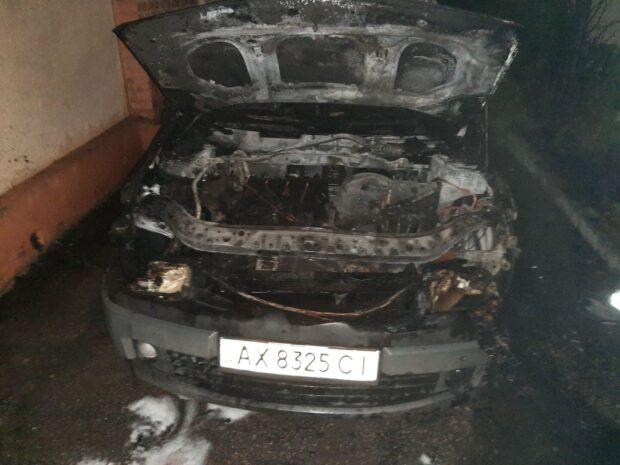 В Харькове во дворе дома сгорел автомобиль