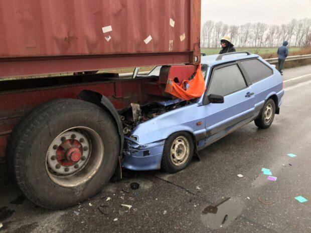 На Харьковщине легковой автомобиль въехал в грузовик: пассажирку легковушки доставали спасатели