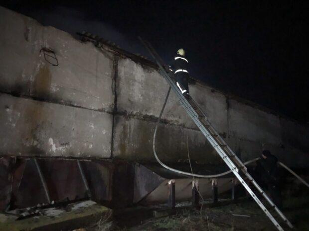 В Харьковской области горел склад с зерном
