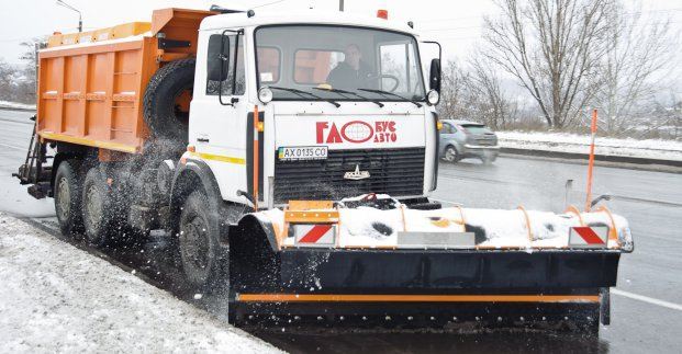 На дорогах Харькова работают 110 снегоуборочных машин