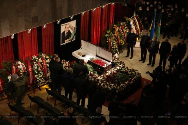 В ХНАТОБе началась церемония прощания с Геннадием Кернесом