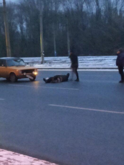 В Харькове под колеса автомобиля попал пожилой мужчина