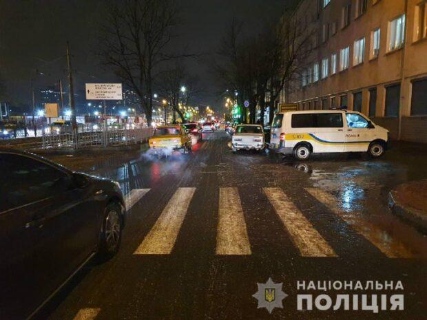 В Харькове водитель из-за гололеда на пешеходном переходе сбил двоих женщин