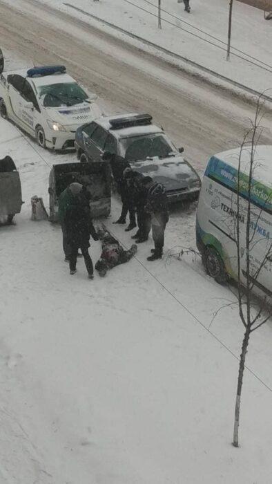 В Харькове в мусорном контейнере обнаружили труп бездомного