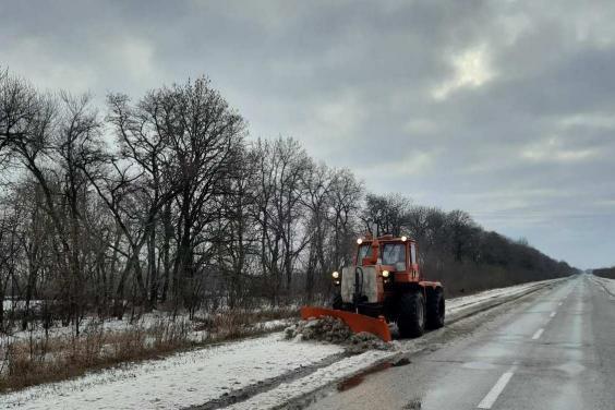 Дороги Харьковщины расчищают 147 рабочих и 104 единицы специальной техники