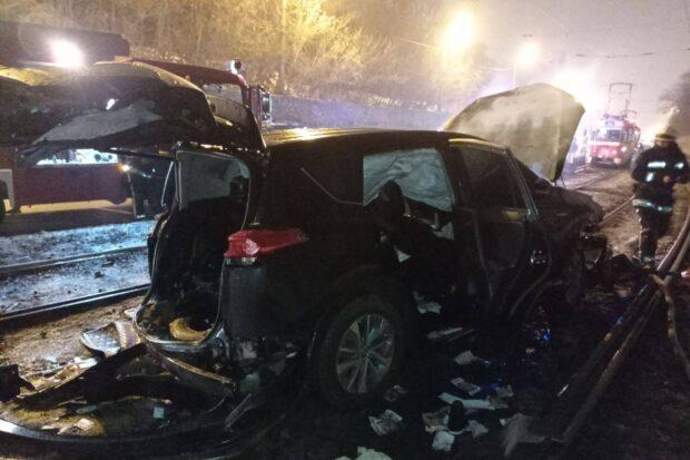 В Харькове пьяный водитель вылетел с дороги на трамвайные пути и бросил загоревшийся автомобиль