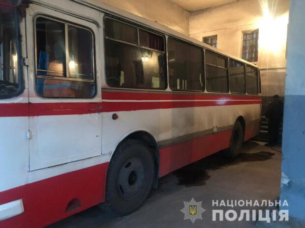 Под Харьковом автобус тронулся с места и прижал водителя к стене: мужчина в больнице