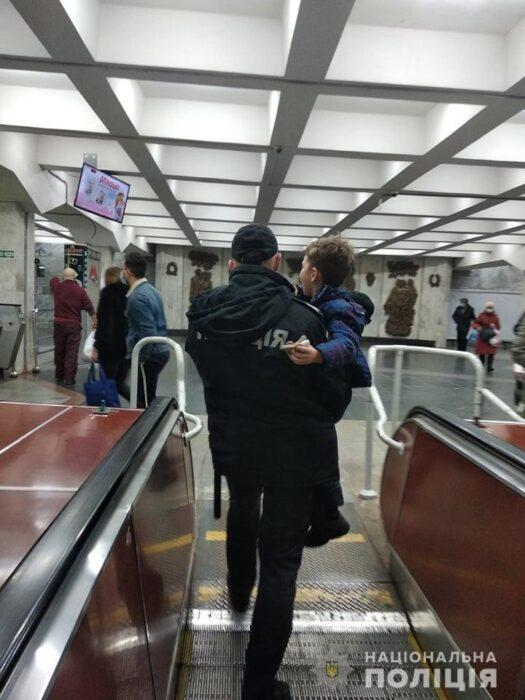 """На станции метро """"Пушкинская"""" рука ребенка застряла в эскалаторе"""