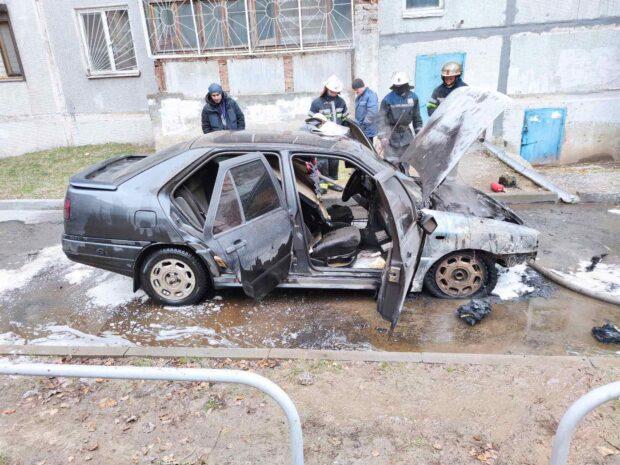 В Харькове возле дома сгорел автомобиль