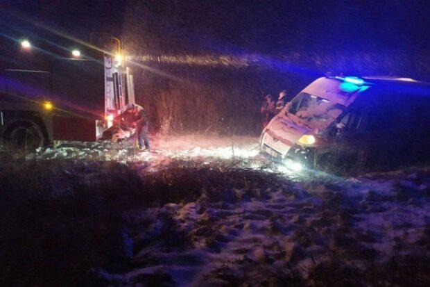 В Харьковской области из-за снегопада автомобиль скорой помощи попал в кювет