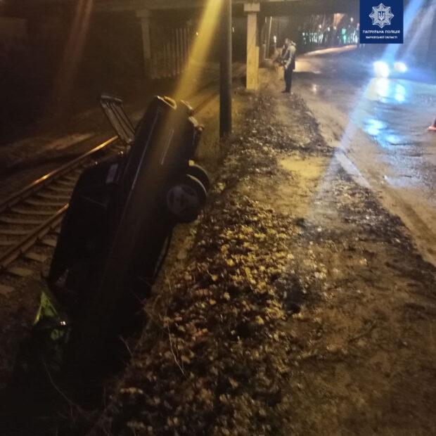 В Харькове водитель не справился с управлением и вылетел с дороги на рельсы