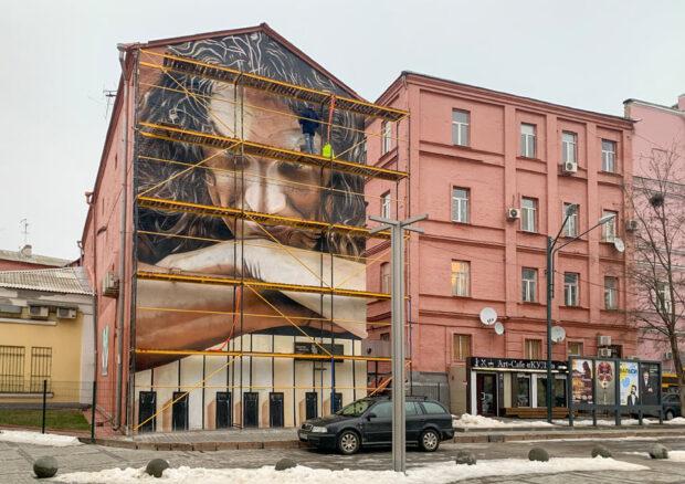 На улице Рымарской обновили мурал, посвященный Кузьме Скрябину