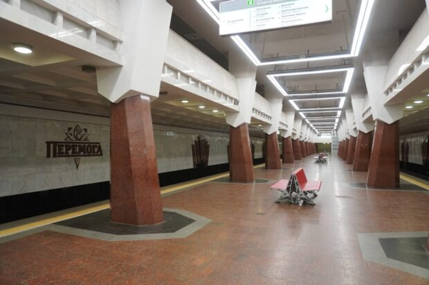 """На станции метро """"Победа"""" протекла водопроводная труба"""