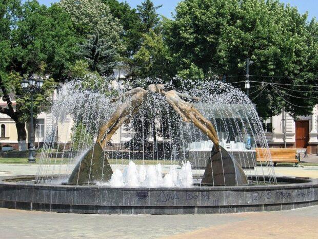 Решение о строительстве ТРЦ в сквере вокруг «Памятника влюбленным» подписывал Добкин