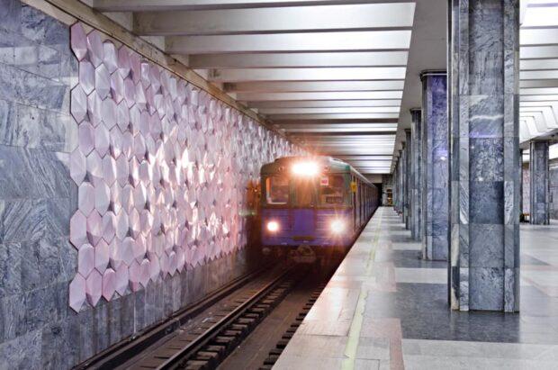 "На станции метро ""Дворец спорта"" мужчина упал на рельсы (видео)"