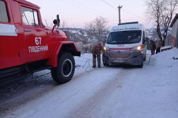 Под Харьковом на скользком участке дороге застряла карета скорой помощи (видео)