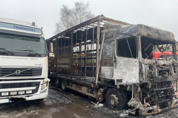 Под Харьковом в кабине фуры на парковке сгорел водитель