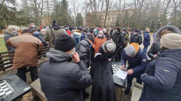 В поселке в Харьковской области протестовали против повышения тарифов: местная власть соберется на внеочередную сессию