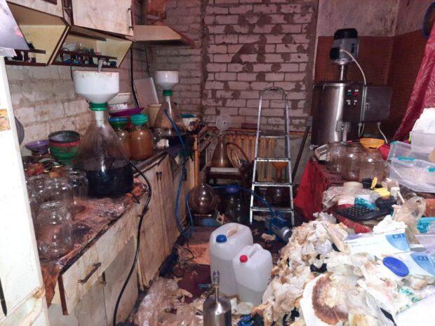 В поселке под Харьковом мужчина обустроил лабораторию, где изготовляли наркотики