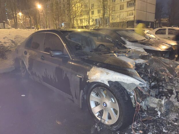 На Салтовке возле многоэтажки горели автомобили