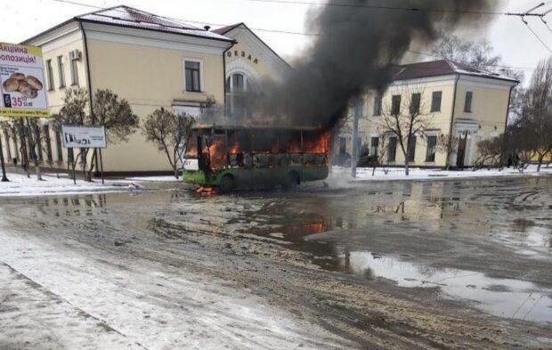 В Харькове на остановке сгорел автобус (видео)
