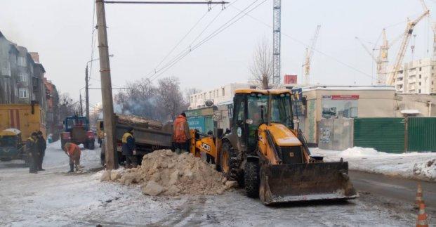На улице Мира устраняют аварию на водопроводе