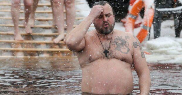 В ПЦУ назвали ошибочным суждение, что купание в ледяной воде после освящения «смывает» все грехи