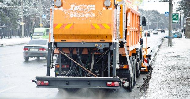 На дороги Харькова высыпали более тысячи тонн соли