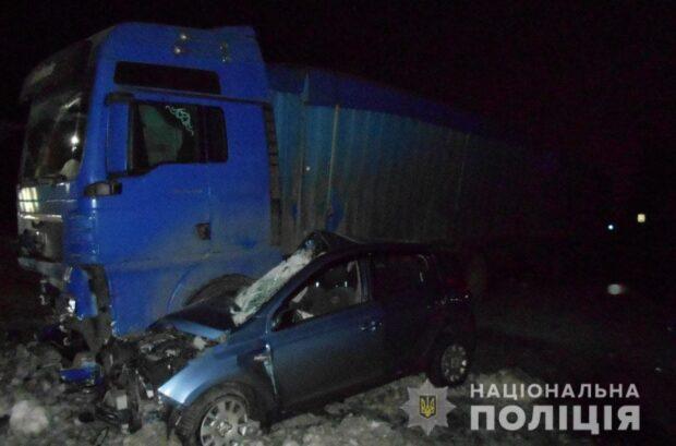 Под Харьковом водитель не справился с управлением, выехал на встречную полосу и врезался в грузовик