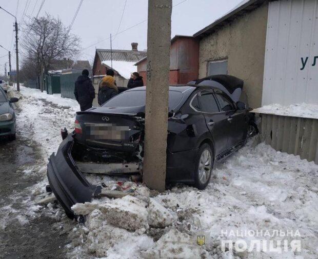 В Харьковской области водитель не справился с управлением и врезался в столб