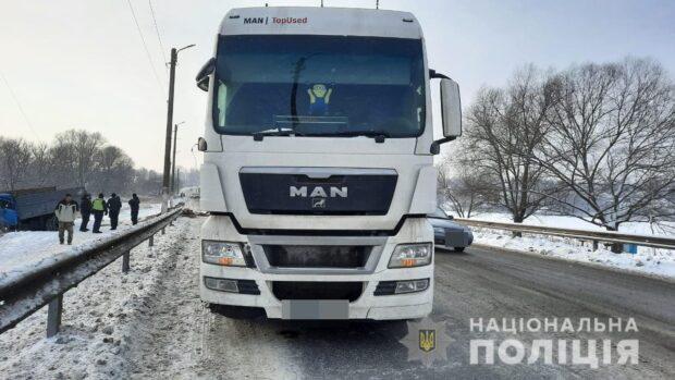 В Харьковской области в результате столкновения грузовиков пострадал водитель