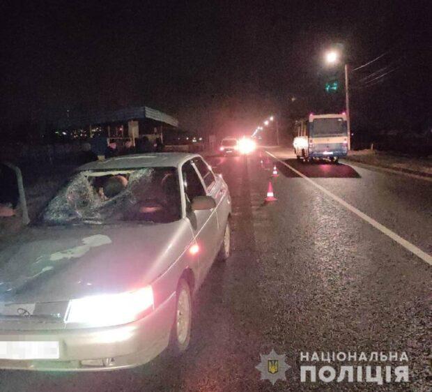 В Харьковской области автомобиль сбил женщину, которая стояла на краю дороги