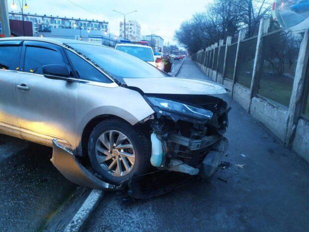 Возле ТРЦ в Харькове столкнулись два автомобиля