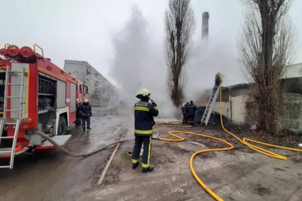 В Харькове горело производственное предприятие: пострадал мужчина