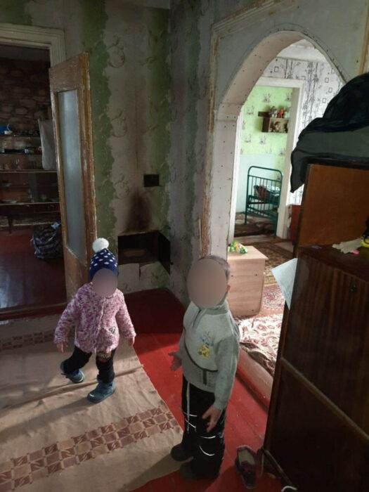 Под Харьковом женщина бросила своих маленьких детей в холодном доме и без еды