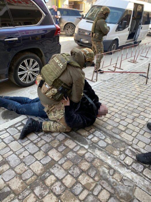 Вымогали 2000 долларов США и подожгли авто: в Харькове задержали четверых члена группировки (видео)